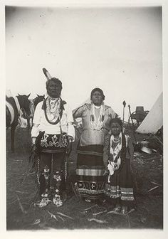 An unidentified family of the Omaha Tribe, 1900. No additional information.