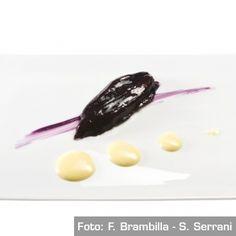 Fibre di melanzana al forno alla liquirizia su yogurt d'olio da ulivo millenario. Chef Josean Martinez Alija  http://www.identitagolose.it/sito/it/ricette.php?id_cat=12&id_art=959&nv_portata=25&nv_chef=&nv_chefid=&nv_congresso=