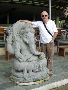 Con Ganesh (el de la trompa, el otro soy yo) . Cerca de la playa de Legian