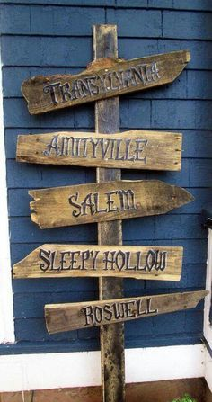 DIY Halloween yard or porch sign Halloween Town, Soirée Halloween, Adornos Halloween, Halloween Pictures, Holidays Halloween, Halloween Yard Ideas, Halloween Designs, Halloween Coffin, Halloween Quotes