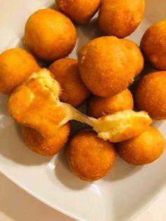Αυτές οι τυροκροκέτες είναι φανταστικές και με τον ίδιο τρόπο μπορείς να κάνεις και άλλες γεύσεις - Χρυσές Συνταγές Cheese Bread, Pretzel Bites, Food And Drink, Appetizers, Cooking, Recipes, Salt, Sugar, Diy
