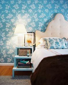 papier peint vintage bleu et blanc et chevet assorti dans la chambre à coucher adulte