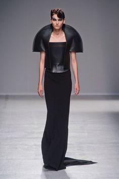 Défilé Gareth Pugh, prêt-à-porter printemps-été 2014, Paris. #PFW #fashionweek #runway evil black