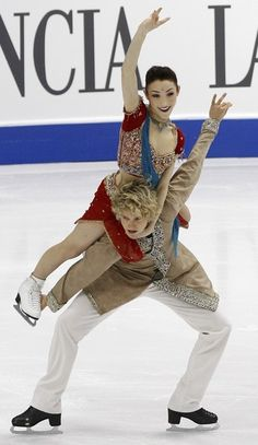 Meryl Davis (top) and Charlie White of the U.S.perform during the original dance segment of the ice dance competition at the World Figure Skating Championships in Turin March 25, 2010.