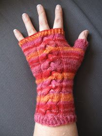 Manduzana stickar: Michaela - mönster på torgvantar Crochet Gloves, Knit Crochet, Wrist Warmers, Fingerless Gloves, Mittens, Needlework, Free Pattern, Knitting, Creative