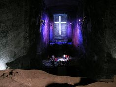 """La Catedral de Sal « El baúl de Josete  es una catedral construida en el interior de las minas de sal de Zipaquirá, en la Sabana de Bogotá, Colombia. Es también un centro religioso y uno de los santuarios católicos más célebres del país.    El lugar no es sólo célebre por la explotación de sal, sino también por uno de los hallazgos de restos humanos más antiguos de Colombia en el""""Valle de El Abra""""."""