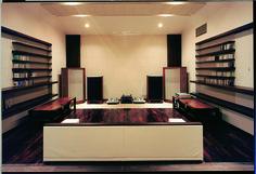 約30帖のホームシアターある鉄筋コンクリート造りの地下室。 モダンデザイン ホームシアター 