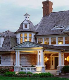 I love this house! Shingle Style Home Architecture Architecture Style At Home, Small Cottage Designs, Nantucket Home, Nantucket Style Homes, Porte Cochere, Shingle Style Homes, Fresh Farmhouse, Quito, Home Living