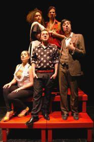Una foto dello spettacolo Hamlet Travesti della Compagnia Corsara, frullando Shakespeare, Poole e Antonio Petito.