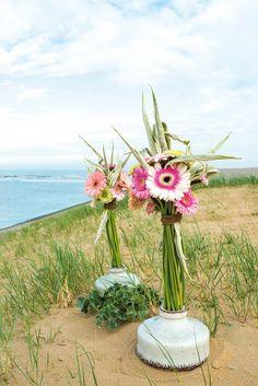 Wonderful gerbera bouquet close to the beach #pinkegerberas #whitegerberas #inspiration #colouredbygerbera #dutchgerbera