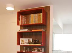 Nichos para guardar os livros e os bonequinhos no home