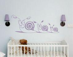 Nada mejor para decorar la habitación de tu bebé que este vinilo con unos simpáticos animalitos, tiernos, alegres y pendientes del bienestar...