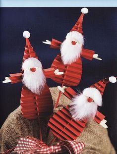 Crafts colored paper From accordion folded strips of paper can be made here is the original Christmas decorations. Hold a candle on a Christmas Santa Crafts, Christmas Paper Crafts, Handmade Christmas Decorations, Xmas Decorations, Christmas Fun, Holiday Crafts, Christmas Ornaments, Paper Crafts Origami, Colored Paper
