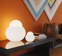 La lampe à poser Daruma est signée de Serigo Asti en 1963. Cette lampe est la plus petite version de cette gamme avec une hauteur de 17cm .