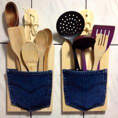 Tábua de madeira + bolso de calça jeans velha + cola quente = porta-talheres cheio de bossa pra enfeitar a cozinha
