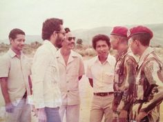 Prabowo Subianto speaks with pro-integration timorese. Timor Timur, Old Pictures, Dan, History, Film, Couple Photos, Lotus, Study, Profile