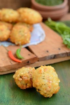 Sabudana Vada is a delicious snack originally from Maharashtra. It is now famous all over India and is perfect to nibble on as snack or Appetizer. Here is how to make Sabudana Vada. Indian Appetizers, Easy Appetizer Recipes, Indian Snacks, Easy Snacks, Yummy Snacks, Snack Recipes, Cooking Recipes, Yummy Food, Eggless Recipes