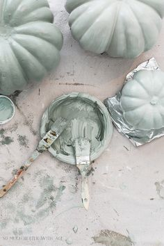fall decor ideas for the porch Don't you just love those pumpkins in muted colors also called heirloom pumpkins? I will show you how painting pumpkins in muted colors are ea Halloween Veranda, Halloween Porch, Fall Halloween, Halloween Decorations, Halloween Pumpkins, Harvest Decorations, Seasonal Decor, Christmas Decorations, Autumn Decorating