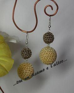 orecchini con perle rivestite ad uncinetto Crochet Jewelry Patterns, Crochet Earrings Pattern, Crochet Accessories, Crochet Flower Tutorial, Crochet Diy, Crochet Flowers, Fabric Jewelry, Beaded Jewelry, Jewellery
