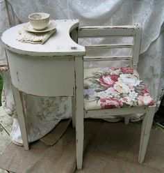 Telephone tables are so adorable! I'm lovin' this one for sure :-) Etsy.com