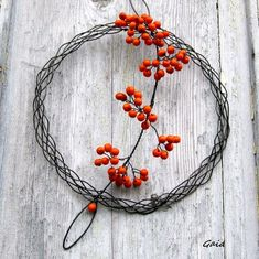 Beautiful, simple wreath with wire and berries Wire Flowers, Wire Wreath, Wire Art, Suncatchers, Wire Wrapping, Christmas Time, Berries, Arts And Crafts, Wreaths