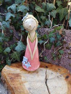 Tina Träumerle ist eine ganz besondere Fee. Sie kümmert sich liebevoll um alle Blumen und lockt natürlich viele Schmetterlinge an Ein rosa Kleidchen schmückt die Keramik und lauter fliederfarbige...