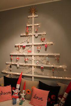 Otra forma de usar tablitas de madera para decorar. | 18 Ideas súper sencillas para que tengas el mejor arbolito de navidad