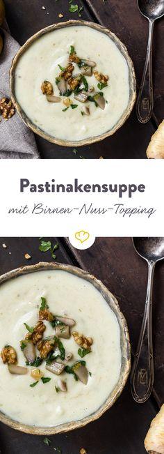 Pastinake und Topinambur vereinen sich zu einer köstlichen Suppe, die von knusprigen Walnüssen und fruchtigen Birnen getoppt wird.