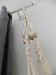DIY : Une suspension en macramé | Madame Décore Ethnic Chic, Madame, Clothes Hanger, Diy, Coat Hanger, Bricolage, Clothes Hangers, Do It Yourself