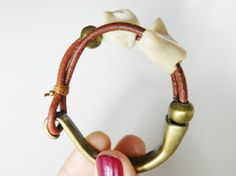 Beige coral and leather bracelet. Pulsera de coral by Larritzi, €18.00