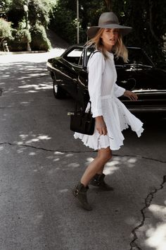 White dress | Summer | Boots | Hat | Streetstyle | More on Fashionchick.nl