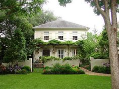 Got this image from Cote De Texas, and I love the use of a small pergola/vine.and then a small fence. Front Yard Fence, Farm Fence, Fenced In Yard, Horse Fence, Front Gates, Fence Art, Dog Fence, Fence Landscaping, Backyard Fences