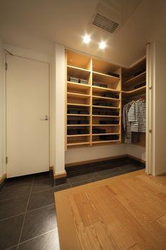 玄関をきれいに出来る大容量収納スペース。