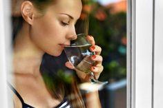 Co się dzieje, gdy pijemy wodę na pusty żołądek?