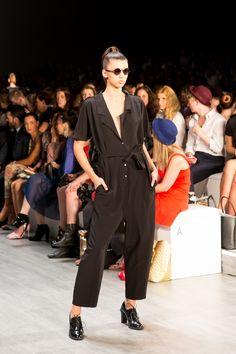 Die geschlossenen Schnürschuhe von Clarks komplettieren den eleganten Jumpsuit-Look von Marcel Ostertag. © thinkOOTB #MBFWB #BFW #Fashionweek #FS15 #SS15