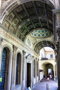 Pórtico de la Capilla Pazzi en el Claustro de la Iglesia de la Santa Croce en Florencia