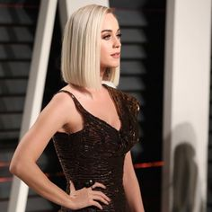 Katy Perry's blonde lob & peachy makeup Midi Hair, Blunt Haircut, Blonde Lob, Asian Hair, Shoulder Length Hair, Face Hair, Hair Today, Katy Perry, Prom Hair