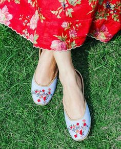 Forget Me Knot Juttis are here to remind you of the summer-time magic 😊 Our signature Denim 💙and floral 🌹embroidery in one, this one… Bridal Shoes, Bridal Footwear, Fashion Shoes, Fashion Accessories, Indian Shoes, Trendy Sandals, Hollywood Girls, Indian Princess, New Mehndi Designs