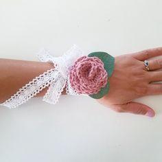 DIY Corsage with Crochet Flowers - Tutorial Crochet Flower Tutorial, Crochet Flowers, Wedding Crafts, Diy Wedding, Prom Corsage, Crochet Wedding, Bridal Flowers, Handmade Wedding, How To Make