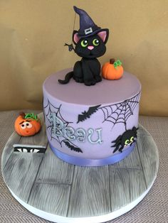 Halloween witches black cat cake You are in the right place about best birthday cake Here we offer you the most beautiful pictures about the vanilla birthday cake you are looking for. When you examine Halloween Desserts, Scary Halloween Cakes, Scary Cakes, Bolo Halloween, Fete Halloween, Halloween Food For Party, Halloween Treats, Halloween Witches, Halloween Fondant Cake