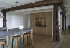 Eikenhouten keuken op maat met kastenwand. Als eye catcher het gebruik van sloophout. Keuken gemaakt door Sijmen Interieur.
