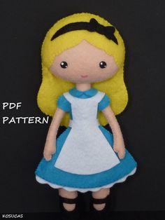 Patrón de costura PDF al sentir la muñeca inspirada en Alice 7,8 pulgadas de alto. No es una muñeca de acabado. Incluye tutorial con imágenes y explicación paso a paso. Para coser a mano. Dificultad: media Instrucciones en español. Cosas que hacer con este patrón se pueden vender en su propia tienda. Queda expresamente prohibida la producción en masa, venta y distribución de piezas del patrón y las instrucciones. Las muñecas de este patrón no son adecuadas para niños menores de 3. De...