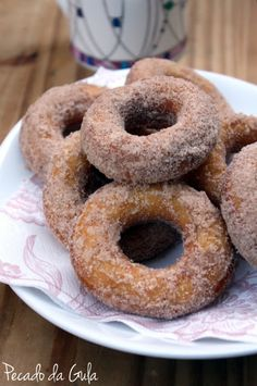 Rosquinhas fritas de leite condensado Powdered Donuts, Cinnamon Donuts, Doughnuts, Brazilian Bread, Portuguese Recipes, Portuguese Food, Bread Cake, Small Cake, Churros
