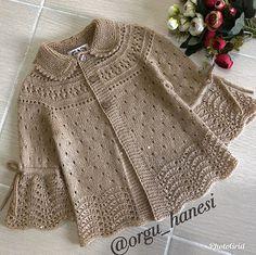 No photo description available. Crochet Bolero, Crochet Hooded Scarf, Crochet Baby Cardigan, Knit Crochet, Easy Knitting Patterns, Knitting Designs, Cardigan Bebe, Pull Bebe, Baby Pullover