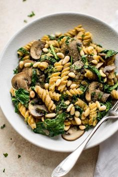 This healthy vegan spinach and mushroom pasta is quick and delicious comfort food dinner. Ready in about 20 minutes! healthy vegan spinach and mushroom pasta is quick and delicious comfort food dinner. Ready in about 20 minutes! Vegetarian Recipes, Cooking Recipes, Healthy Recipes, Veggie Pasta Recipes, Dishes Recipes, Vegetarian Pasta Dishes, Healthy Meals, Pasta Food, Vegetarian Breakfast