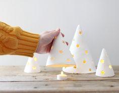 Sapins de Noël lumineux en pâte à sel ou argile blanc