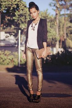 love the gold pants! she loves gold pants Gold Jeans, White Jeans, Best Jeans For Women, Look 2015, Joggers Womens, Black Leather Ankle Boots, Leather Booties, Perfect Jeans, Jackets