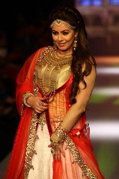 Mahima Chaudhary made a rare appearance for Shobha Shringar Jewellers at the PCJ Delhi Couture Week. #Bollywood #Fashion