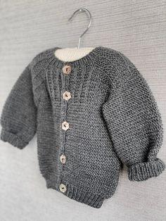 Ravelry: Spirrevip pattern by Pia Trans Baby Cardigan, Diy Crochet Cardigan, Ladies Cardigan Knitting Patterns, Baby Sweater Patterns, Baby Knitting Patterns, Crochet Pattern, Drops Design, Knitting For Kids, Free Knitting
