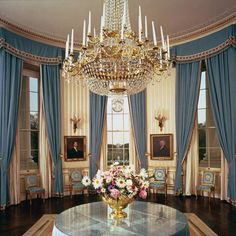 1962 photo of the elegant Kennedy's blue room in the White House. White House Rooms, White House Usa, White House Interior, White House Tour, Inside The White House, Blue Rooms, White Rooms, Interior And Exterior, House Inside